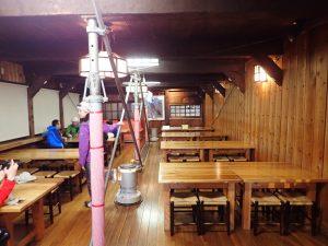 燕山荘の食堂でランチ