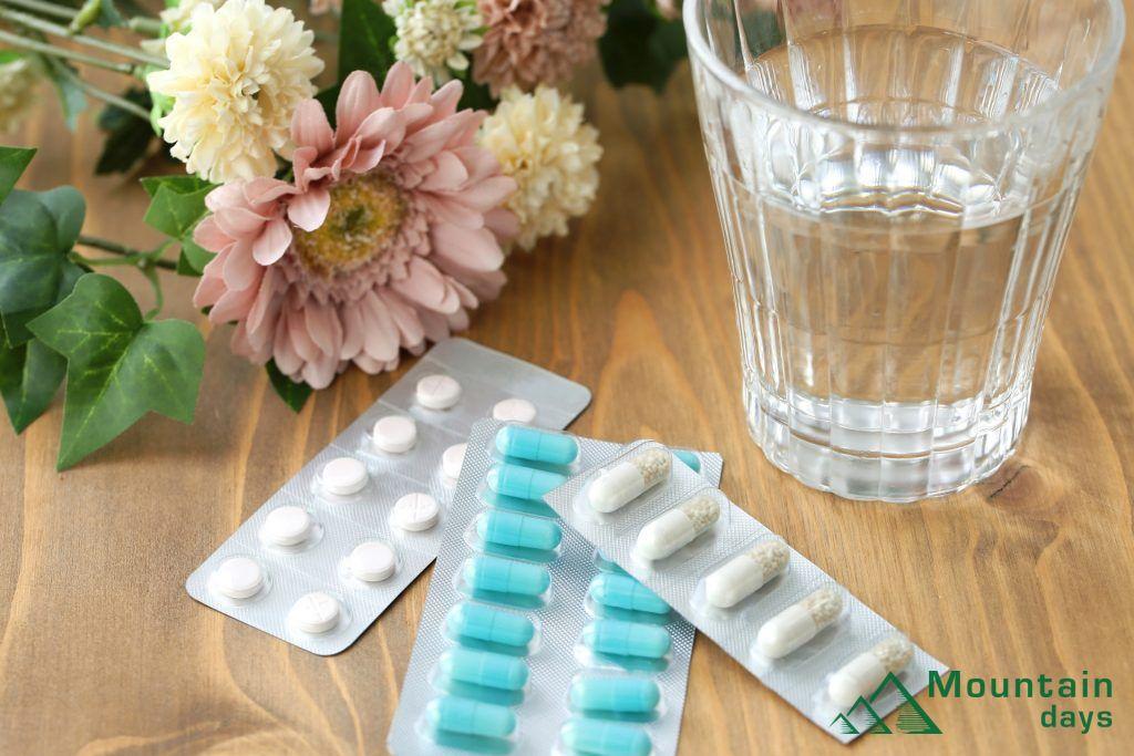 山で薬を服用する