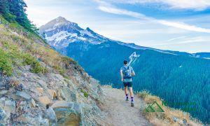 登山道を走るトレイルランナー