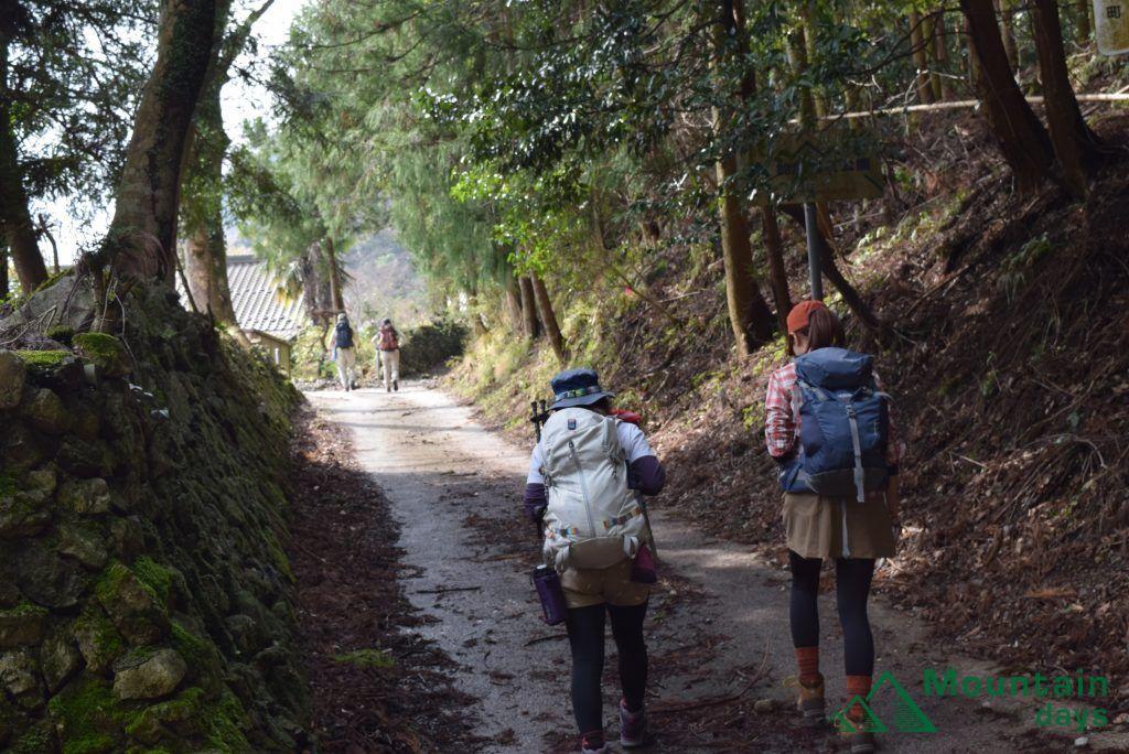 山ガール2人がハイキングへ出発!