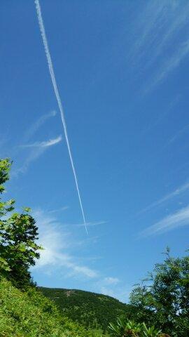 東吾妻山登山中に見た飛行機雲が映る青空の写真