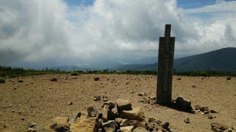 東吾妻山山頂にある標識の写真