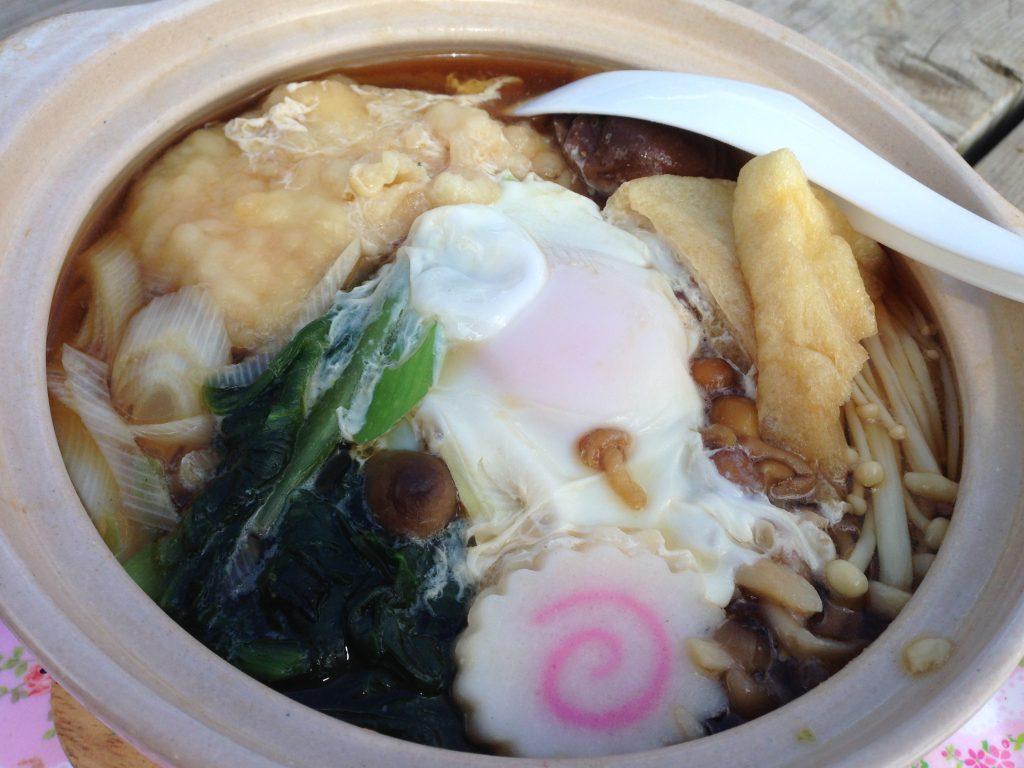 鍋割山で食べることのできる鍋焼きうどんは卵や天ぷら、キノコなどが入って具沢山で美味しいんです!