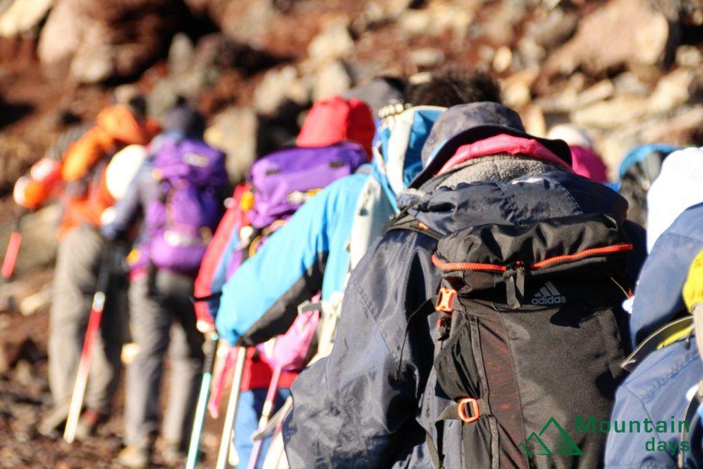 登山ツアーに参加する人たち