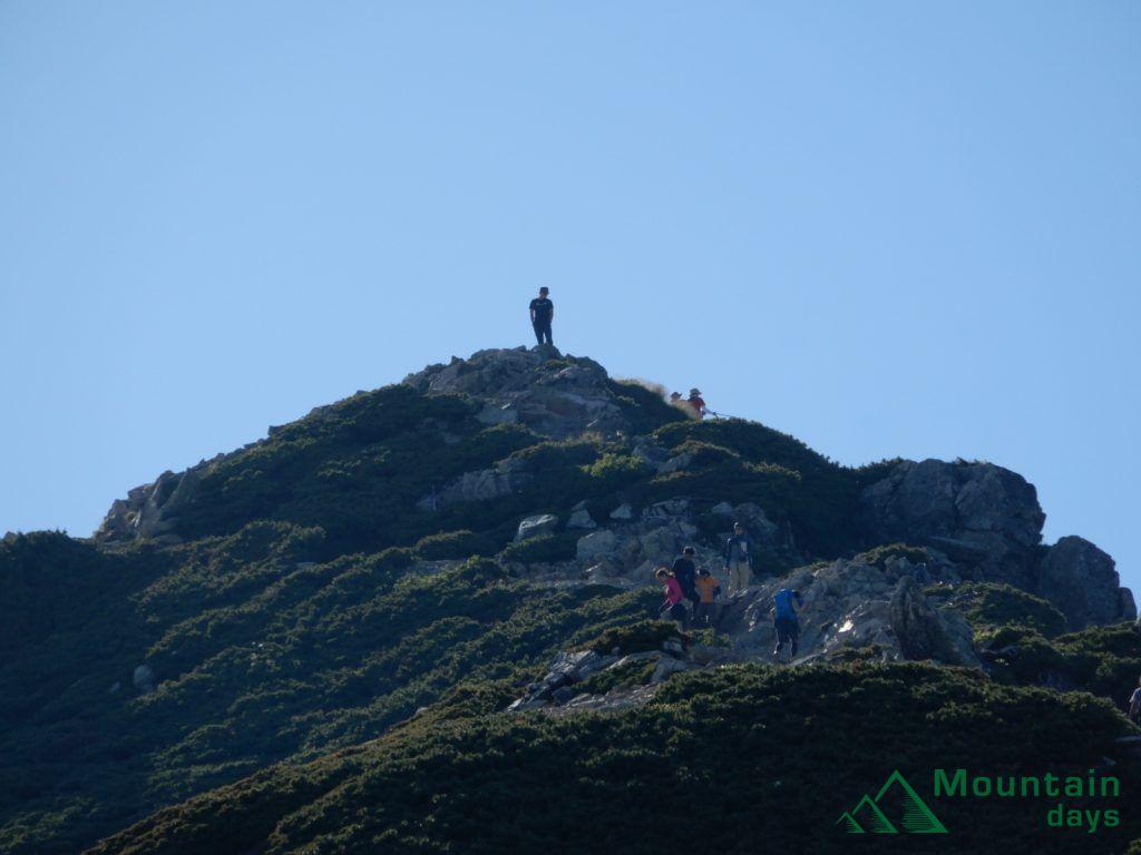 山荘からみる山頂。立っている人がかっこいい。