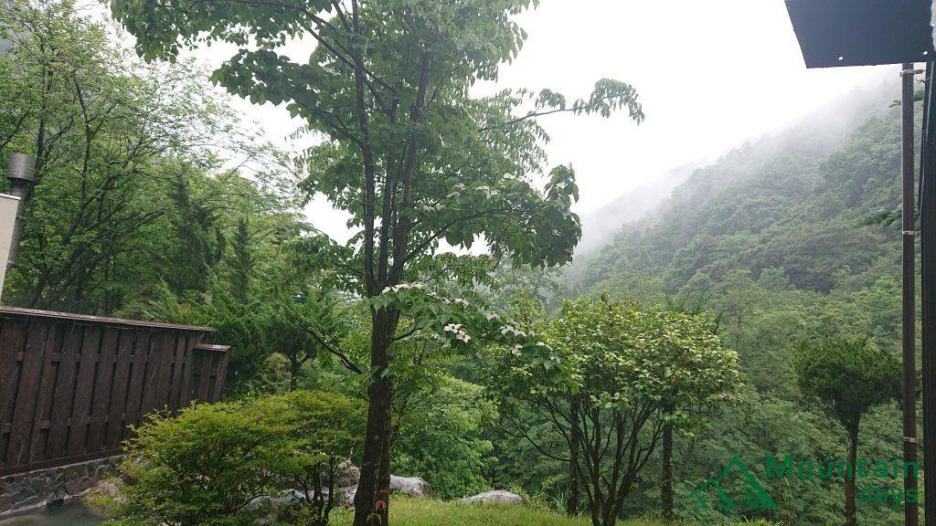 桃の木温泉山和荘の露天風呂から見える風景写真。