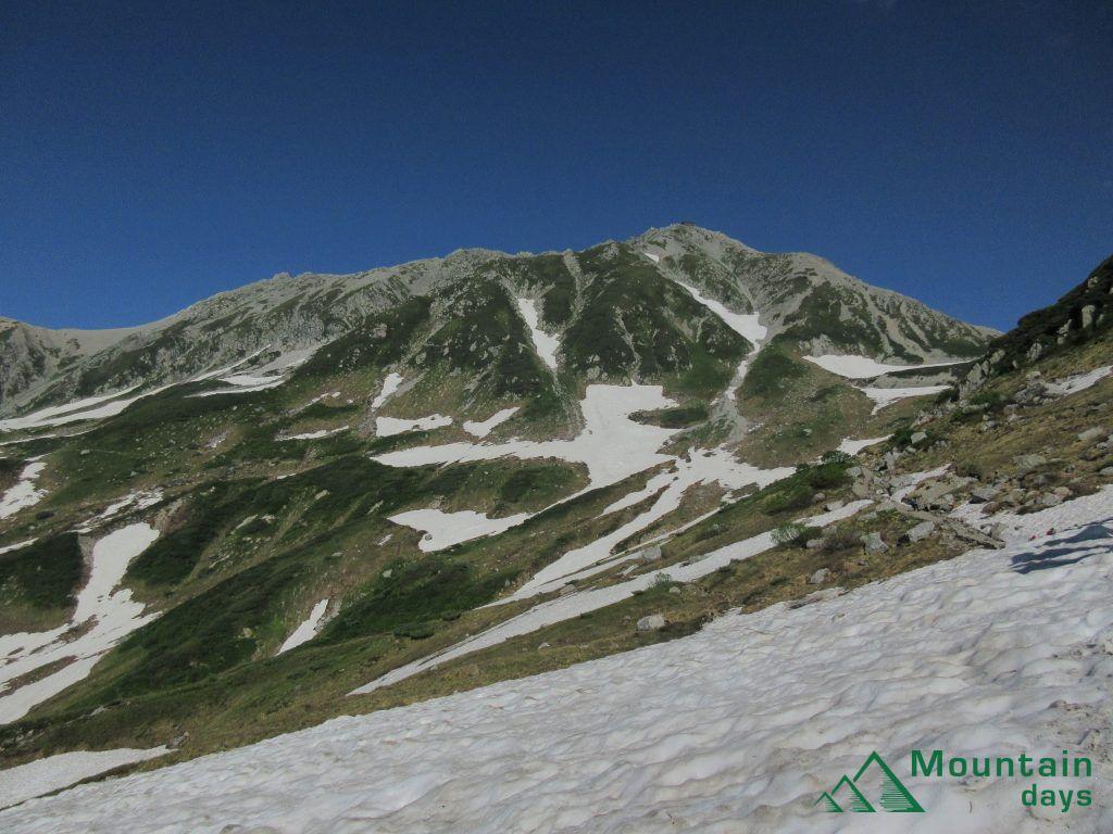 残雪も多く残る立山を室堂側から雄山と稜線を撮った写真。