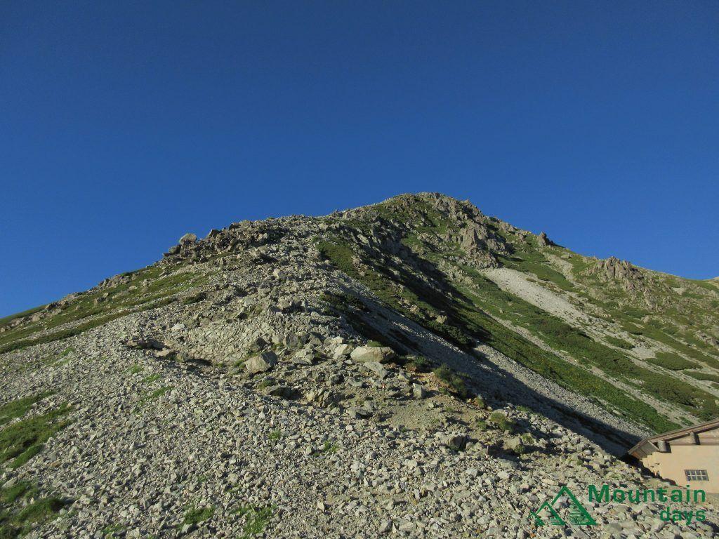 一ノ越山荘から雄山までの登山道を撮った写真