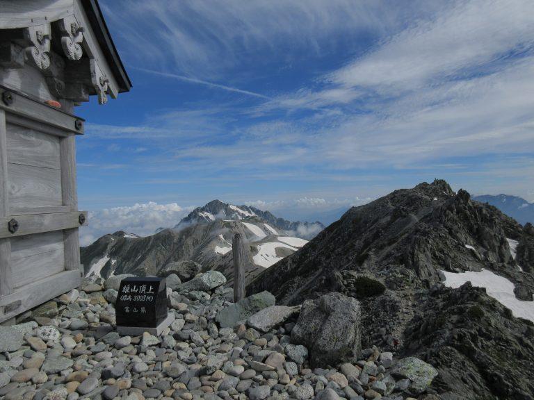 雄山山頂にある神社から見る剱岳を移した写真。