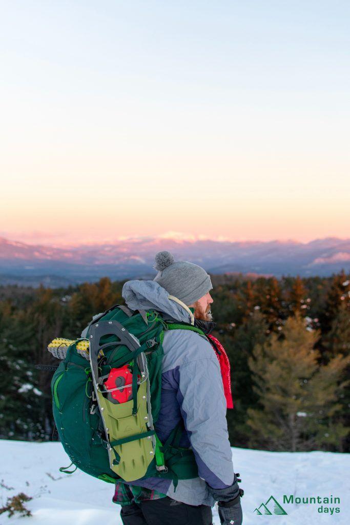 雪山装備を持つ登山者