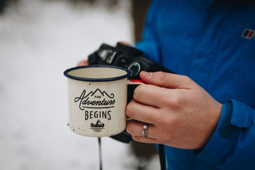 コーヒーを飲む登山者の写真