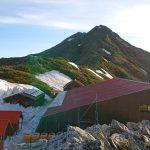 間ノ岳側から北岳山荘と北岳の写真