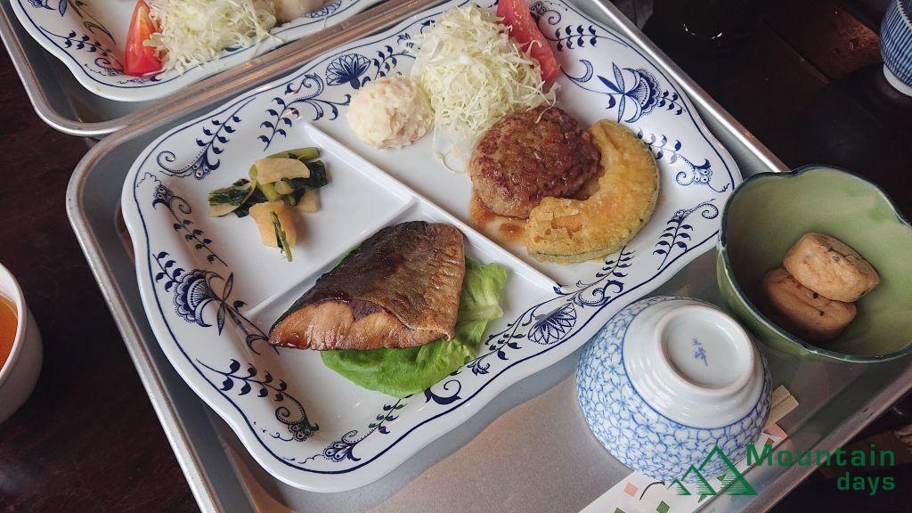 涸沢ヒュッテの晩御飯を斜め横から撮った写真