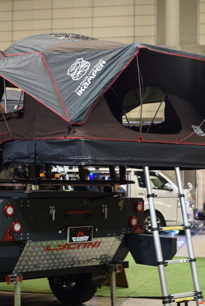 車の上にテントが設営されている写真