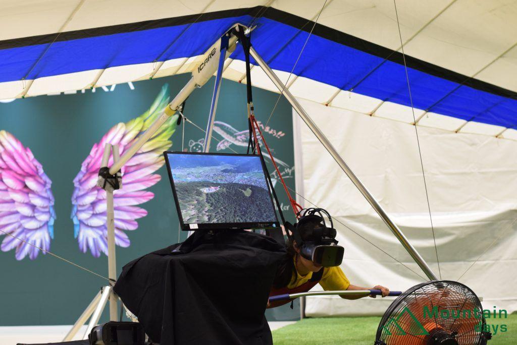 空を飛ぶアクティビティハングライダーを体験するコーナーの写真
