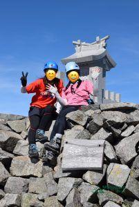 奥穂高岳山頂で記念写真を撮っている写真