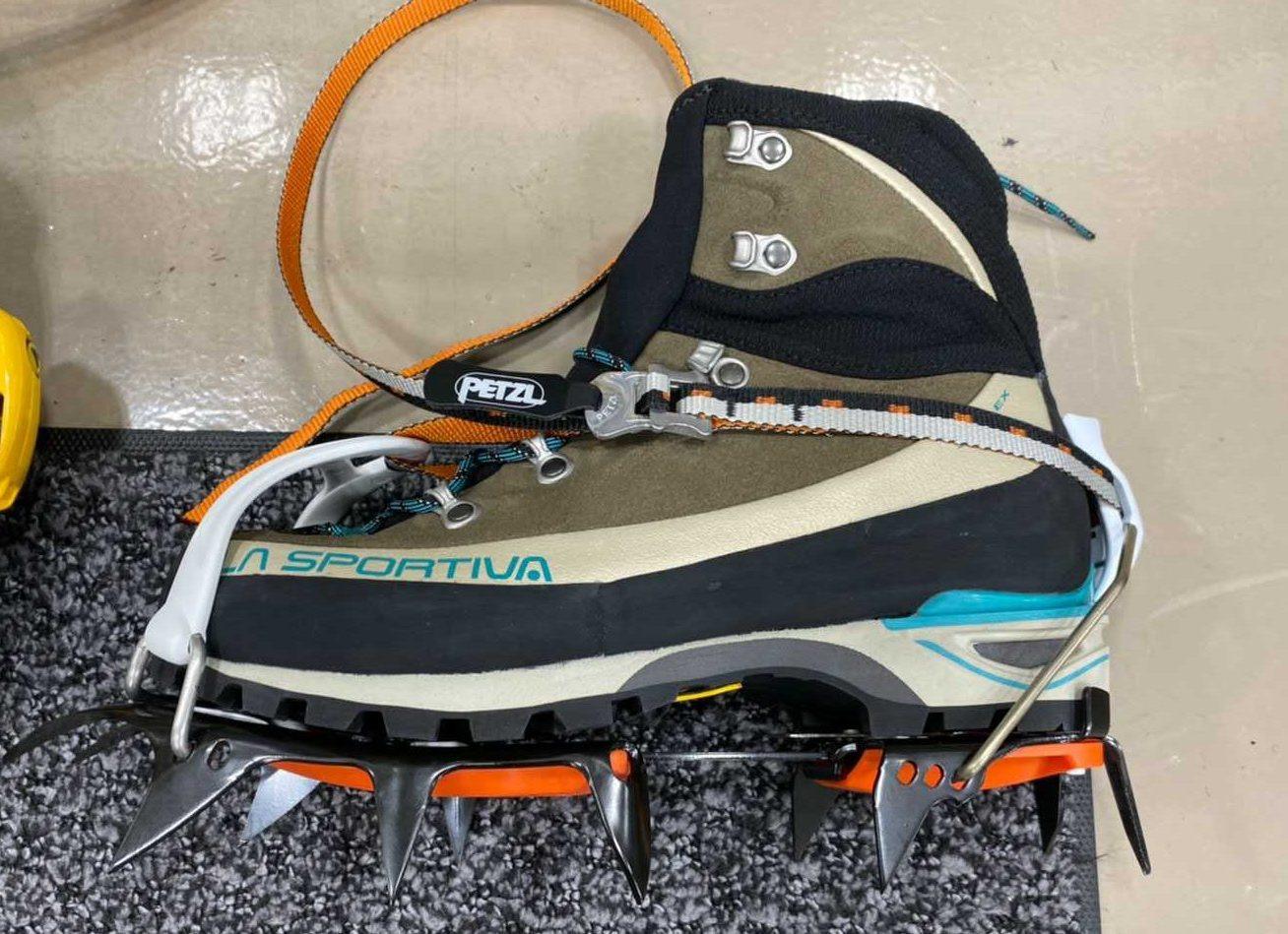 ペツルのアイゼン・バサックをスポルティバ の登山靴トランゴアルプエボに装着した写真