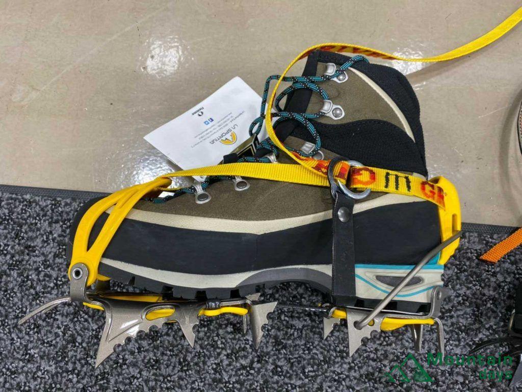 トランゴアルプエボという登山靴とアイゼンの相性を確認している写真