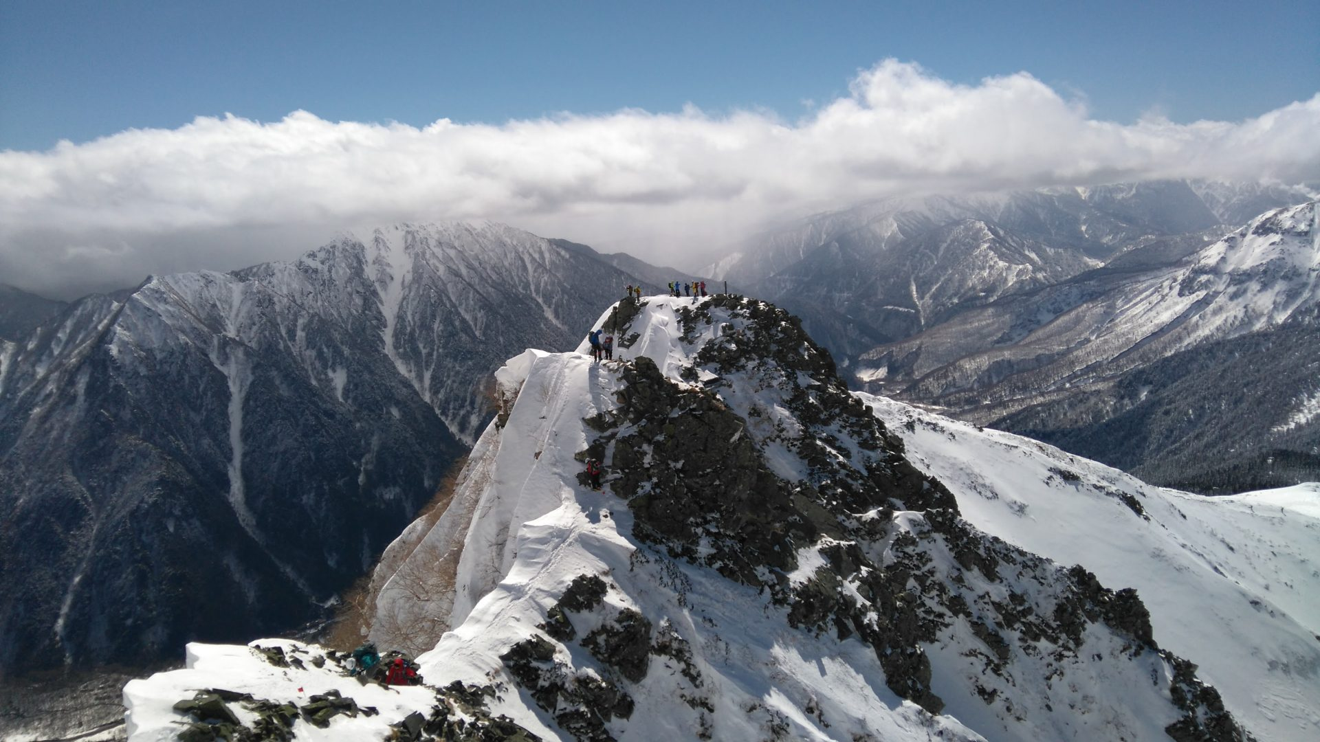 雪の西穂高岳をピラミッドピークから撮った写真