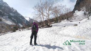 残雪期の槍ヶ岳の麓で雪山登山中の写真