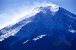 噴煙を上げる富士山を撮影した写真。
