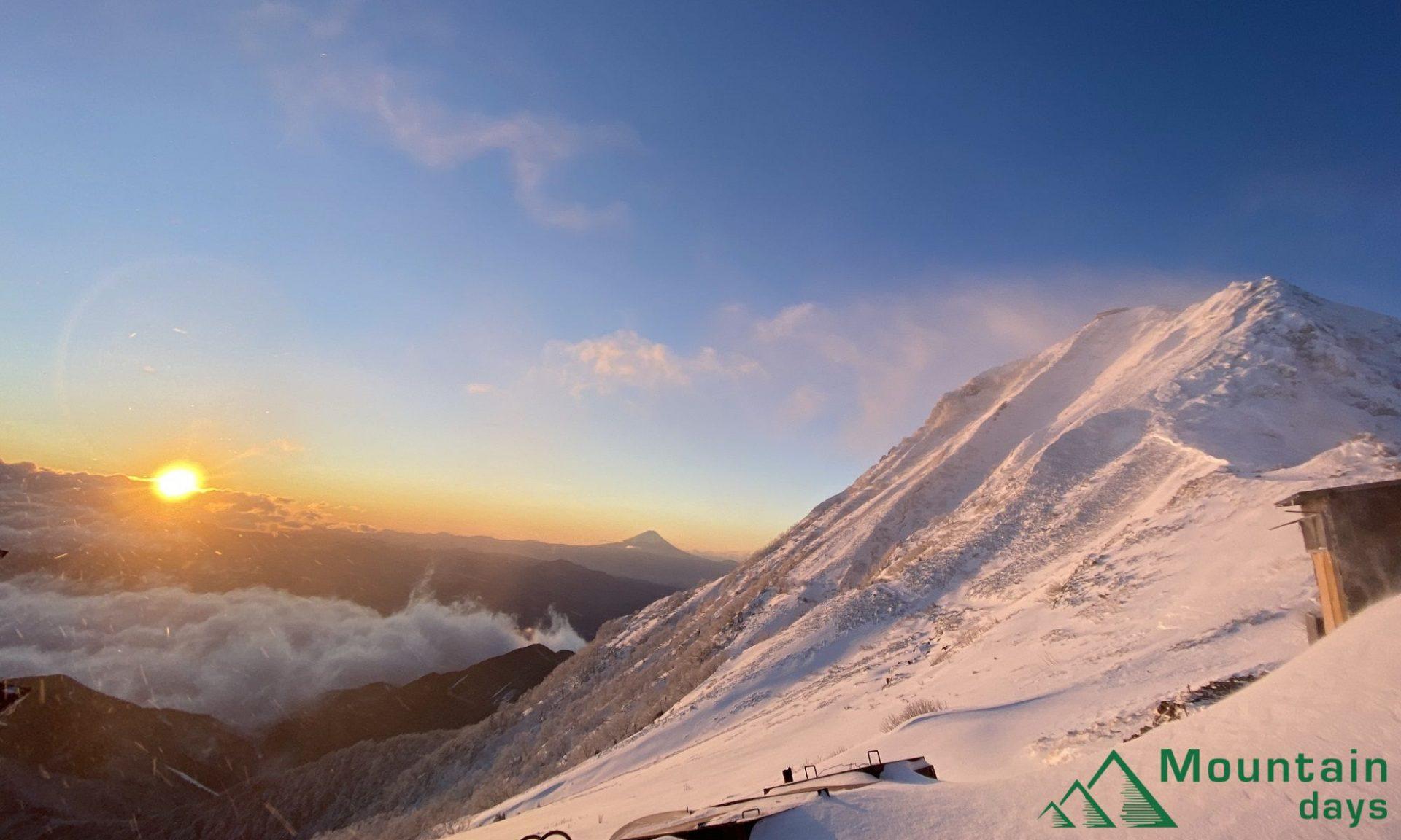 雪山でも人気の山赤岳に山ガールまりちゃんが登ります!赤岳から見えるご来光や山頂からの絶景をお届けします。