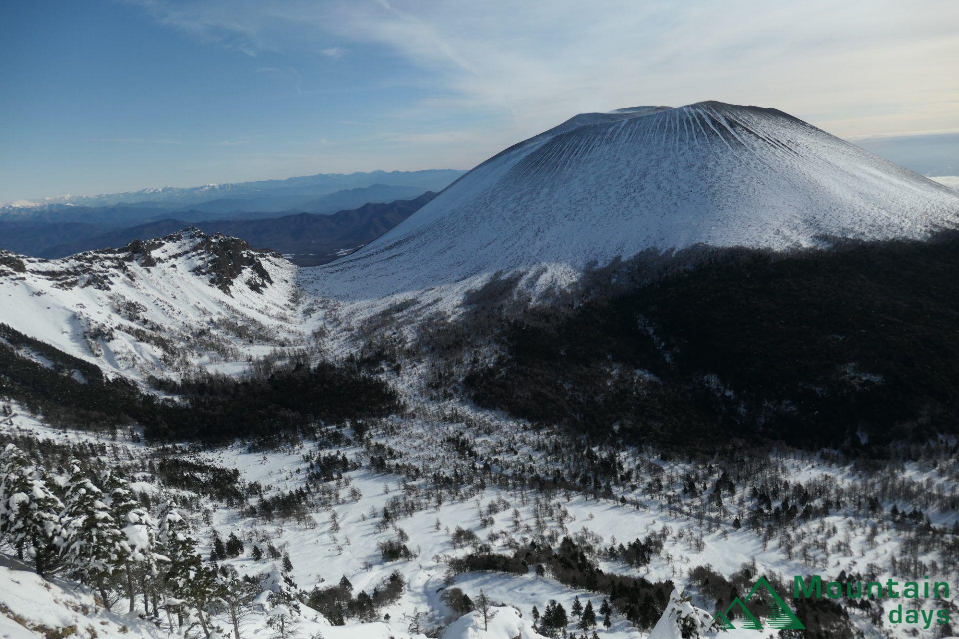 雪山登山を始めるとまずは行ってみたくなるのが浅間外輪の山、黒斑山。蛇骨岳、仙人岳と簡単な稜線歩きも楽しめて雪山の魅力も存分に味わえるのでオススメです!